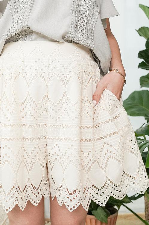 [預訂] 通花刺繡蛋糕邊鬆緊腰寬短褲(米白色)
