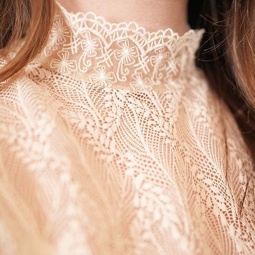 [現貨] 花瓣袖細葉脈蕾絲花紋小企領花邊上衣打底兩穿(裸色)