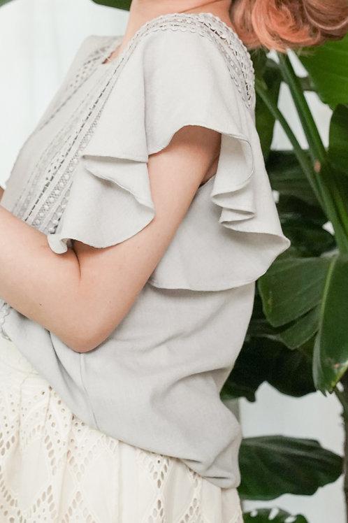 [現貨] 寬通花花邊小方領荷葉袖淺粉上衣(淺灰藍色)