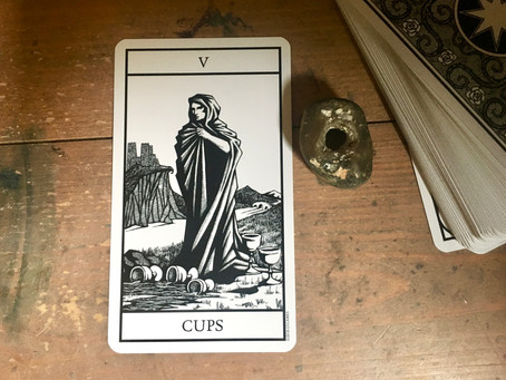 Thoughts on the cards - Bianco Nero Tarot - V Cups