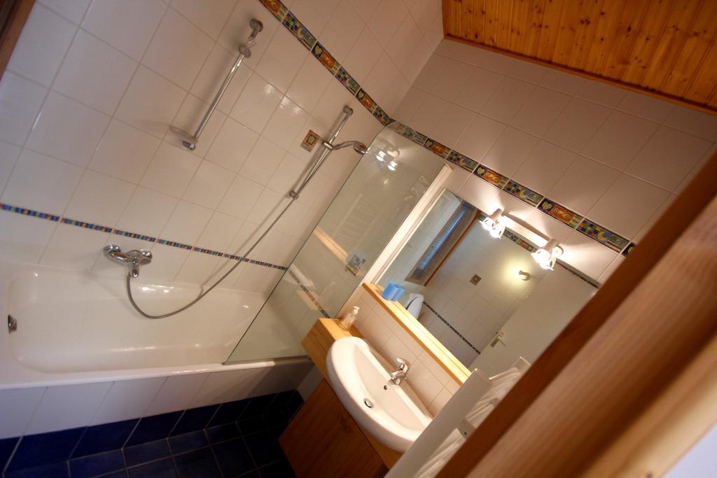 Morzine-town-center-chalet-Grand-Sapin-bathroom