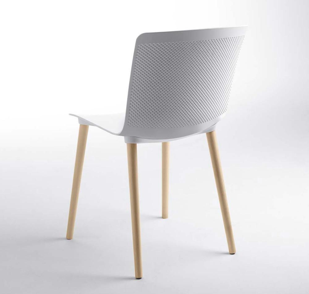 silla glove monocasco polipropileno y patas madera