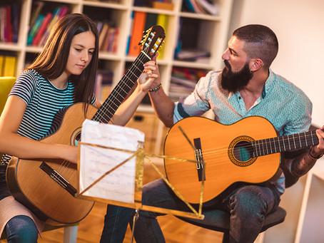 Fender Play e Zappos: Il benessere dei dipendenti a suon di musica