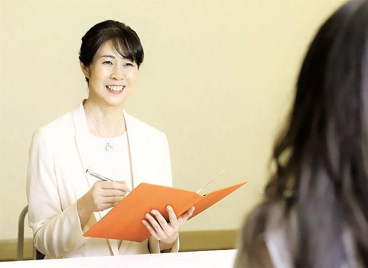 【トリミング 調整済】プロフィール 白スーツ オレンジファイル 白スーツ 若い女