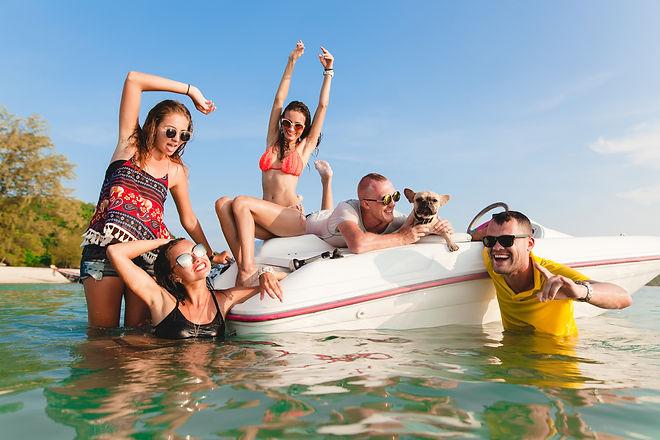 happy-company-friends-summer-tropical-va