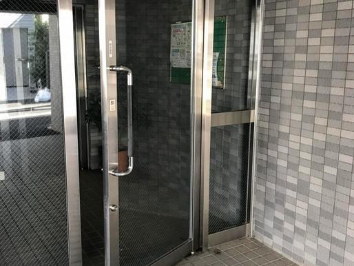 マンションのエントランスドアが閉まらない!