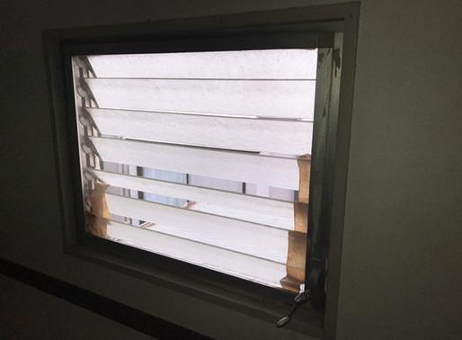ガラスルーバー窓の交換