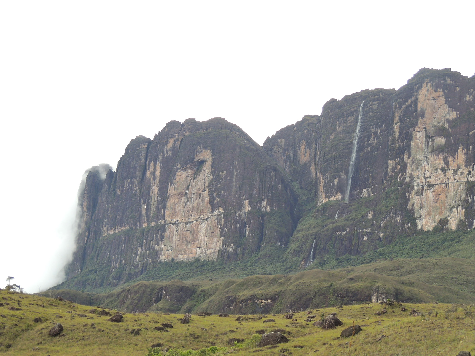 Paredão do Roraima e cascata.JPG