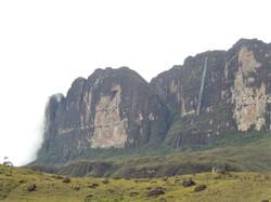 Paredão do Roraima e cascata.JPG