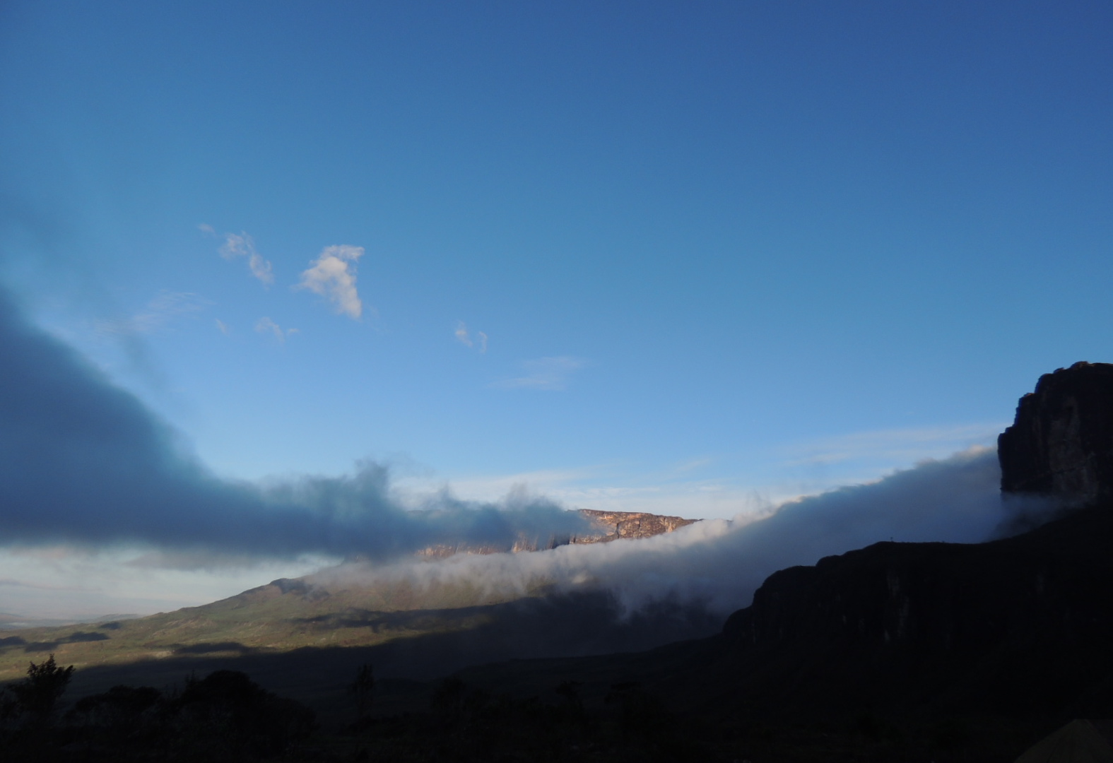 Nuvens e Kukenan ao fundo.JPG