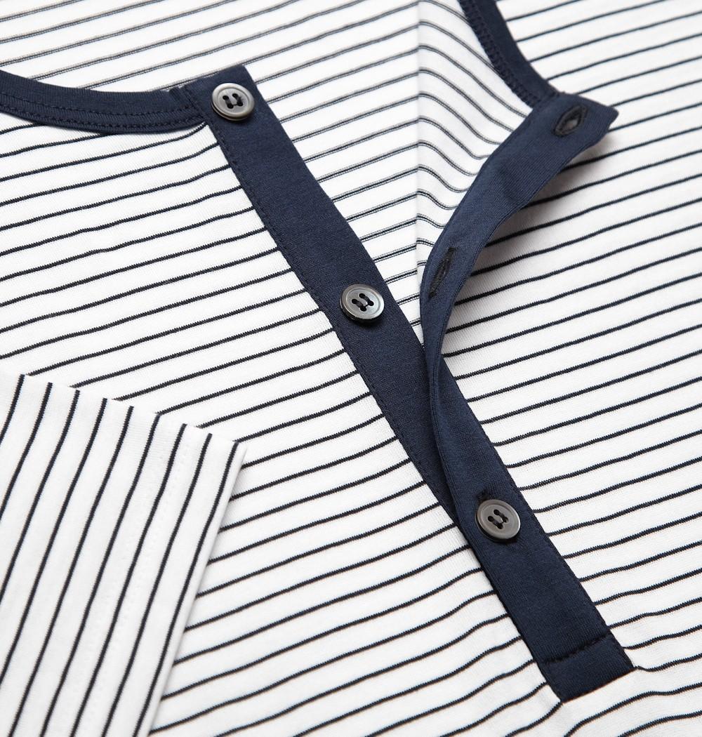 детали футболки с поговицами