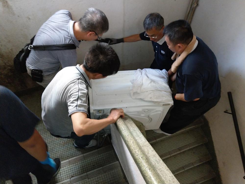 志工們與何先生一起搬運家電上樓  攝影/梁昌材