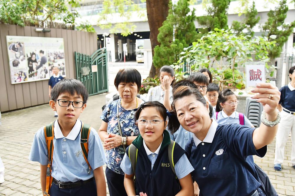 親子班的學員與家人先在靜思堂前的花園集合準備出發  攝影/李健平
