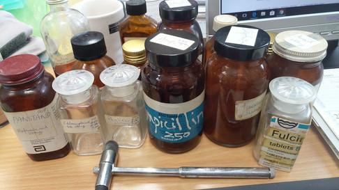 不同的藥水和消毒藥水