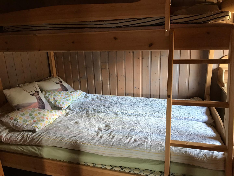 Soverom med 2 soveplasser nede og 1 oppå