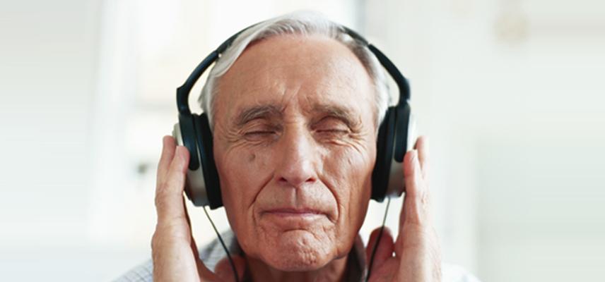 personne-qui-ecoute-de-la-musique-avec-u