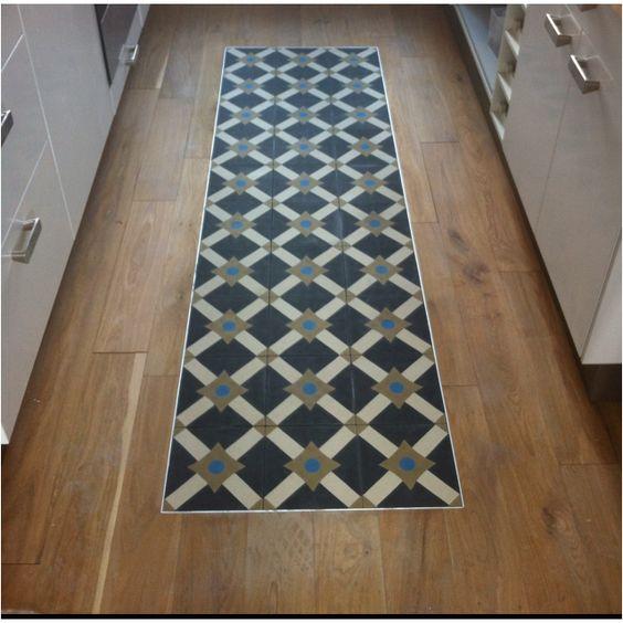 tapis de carreaux sur bois