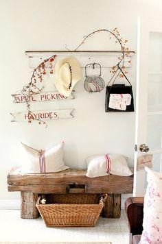 coussin blanc liseret rouge