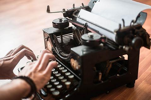 typewriter-4923111_1920.jpg