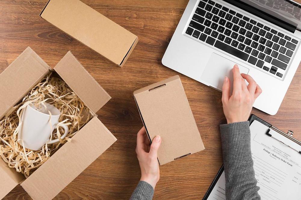 Paketini internetten satışa hazırlayan bir satıcı