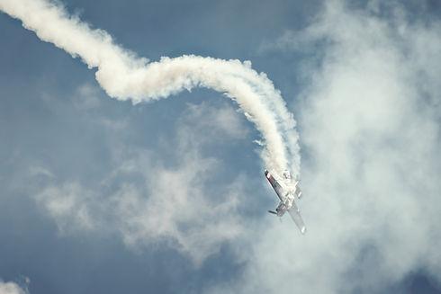 Aerobatic%20plane%20and%20smoke_edited.j