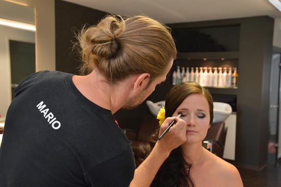 Mario Röllig schminkt die Braut
