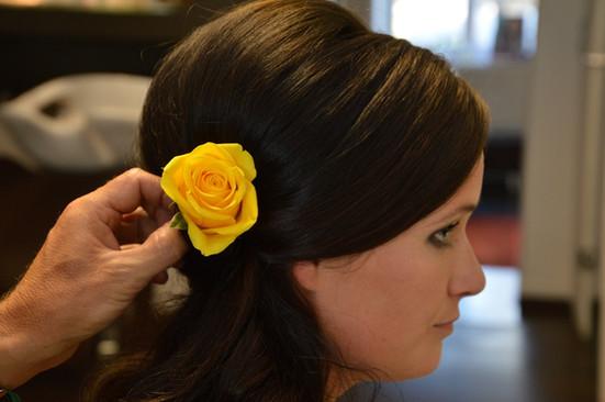 Gelbe Rose im Haar der Braut