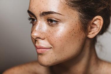 Jeune femme avec des taches de rousseur