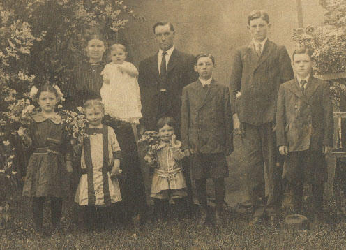 Jeff and Polly with (front) LeEttie, Jeanettie, Robert and (back) Melda, Earl, Estil, and Clyde