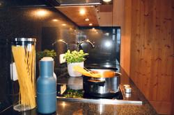 Küche mit Herd und Backrohr