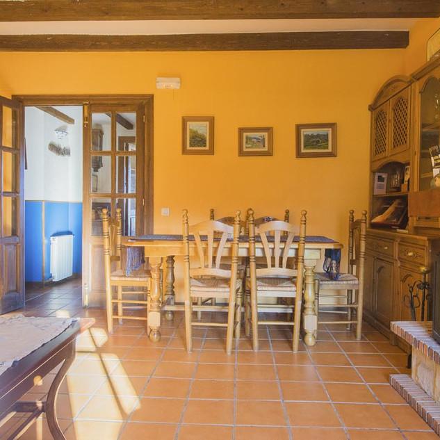 Salón y comedor con chimenea
