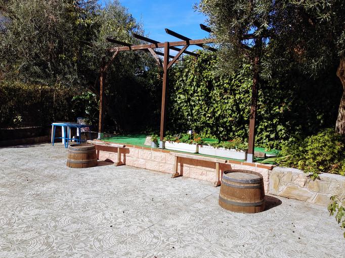 Jardín con olivos y escenario