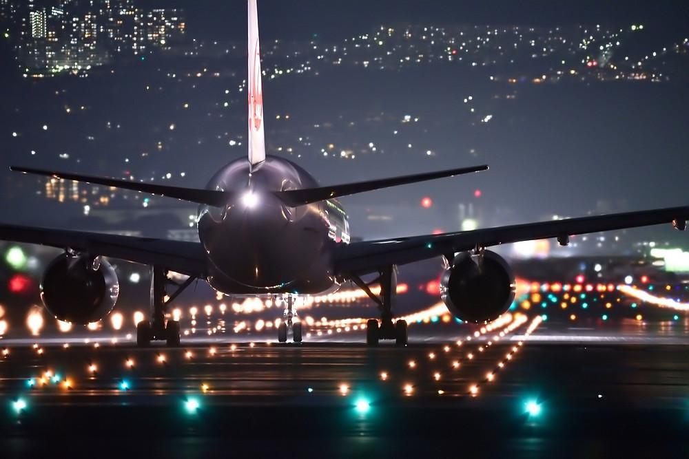 Aeronave em pista de decolagem à noite