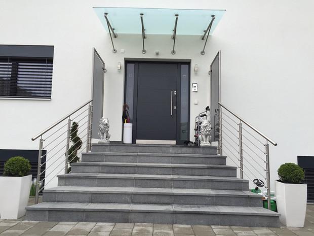 44. Glas- und Chromstahlgeländer mit Vordach Villa Lohn-A'segg
