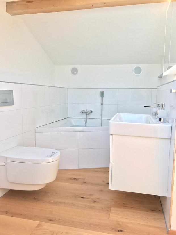 37. Modernes Bad mit Parkett EFH Lohn-A'segg.JPG