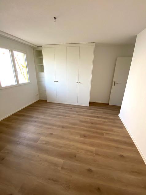 19. Schalfzimmer mit Einbauschrank ETW Halten.jpg