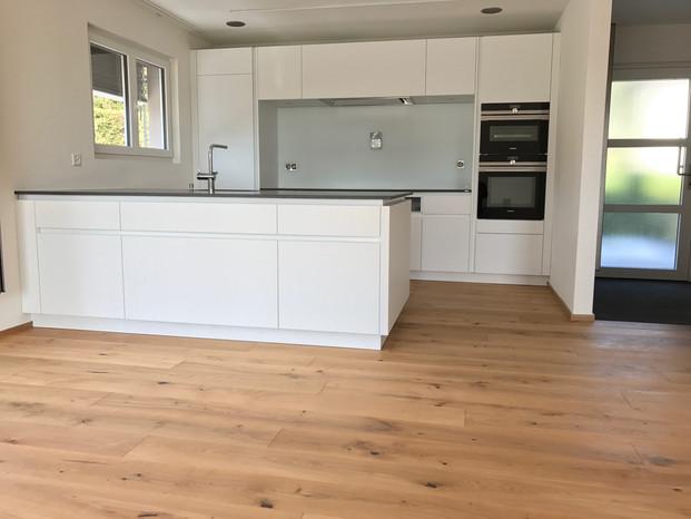 36. Moderne Küche mit Parkett EFH Lohn-A'segg.JPG