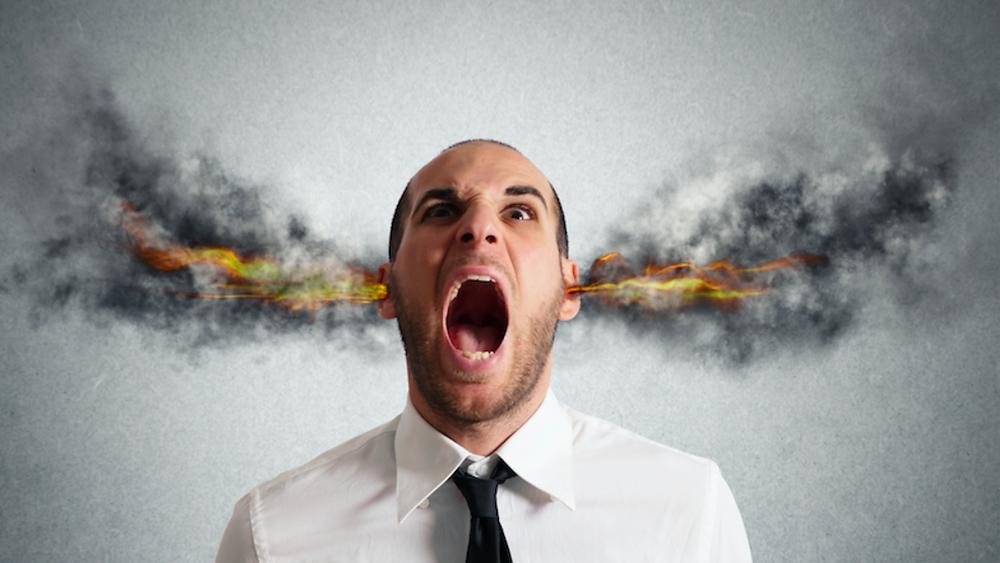Pessoa estressada com ouvidos pegando fogo e saindo fumaça
