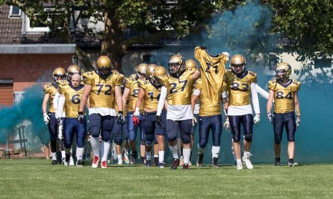 Zu ehren des verletzten Teamcaptains Dominik Schirrmann halten seine Kameraden das Trikot in die Luft