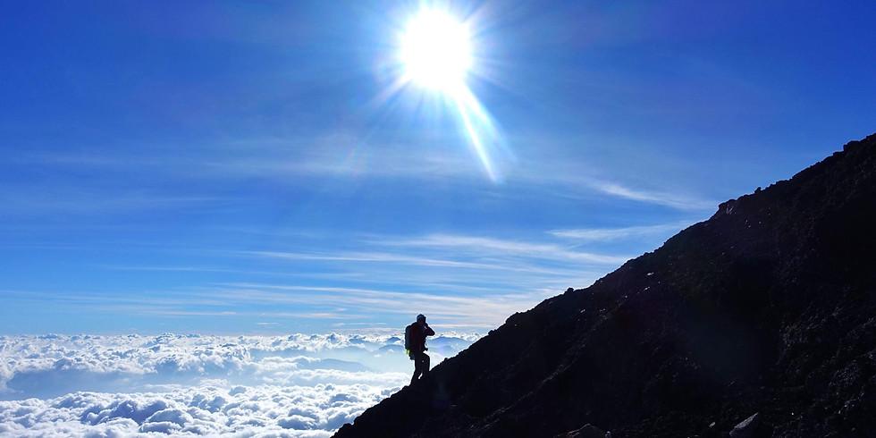 富士山の火口から流れ出た溶岩の上を山頂まで真っ直ぐ登る企画