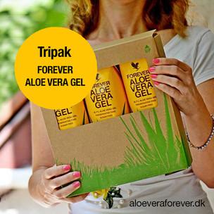 Kvinde med Tripak Forever Aloe Vera Gel.