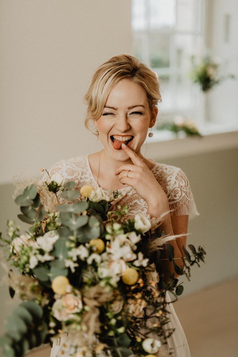 Kirsten W mit dem Brautstrauß von Die Ideenschmiede