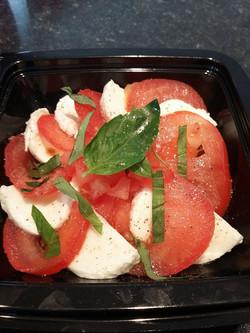 Tomate mozzarella au basilic frais.