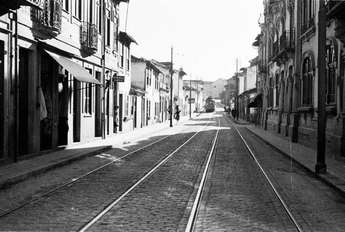 Vista parcial da Rua de Costa Cabral, próximo da Areosa. Anos 40