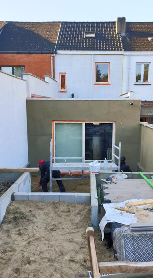project in Waasmunster: uitgraven riolering, crepi achterbouw, terras en grasmat - tijdens
