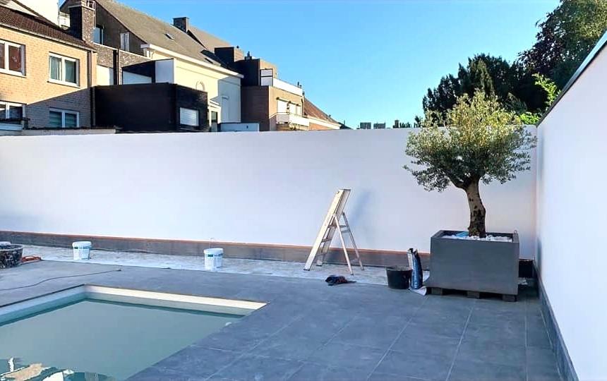muren van binnentuin afwerken met witte crepi in Zele