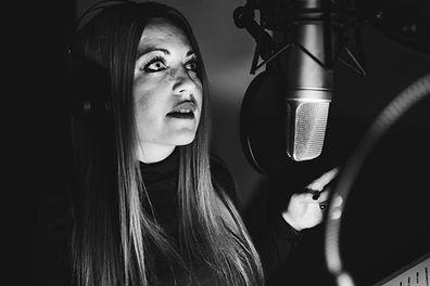 Coral Balas locutora profesional con audio studio para grabación de locución con mi voz y mis registros