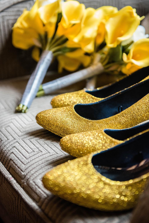 Sapatos e Buquê de flores em tons de amarelo, dourado e cinza