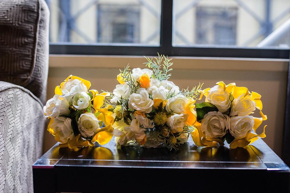 Buquês de flores para casamento em tons de branco, amarelo e cinza