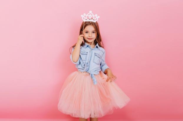 Candy Color  aplicada em look de uma menina vestida de princesa com coroa rosa